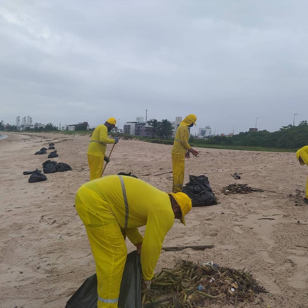 Mutirão de limpeza da Prefeitura de Cabedelo retira sete toneladas de lixo vindo do mar na praia de Intermares
